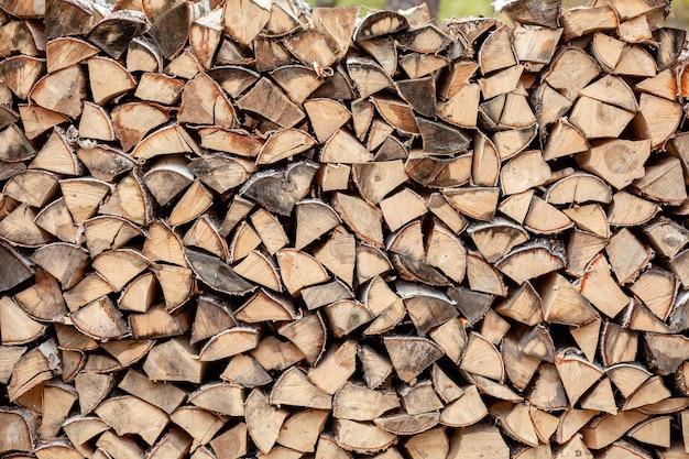 村の自然の中で白樺の薪の積み重ねられたウッドパイルがクローズアップ