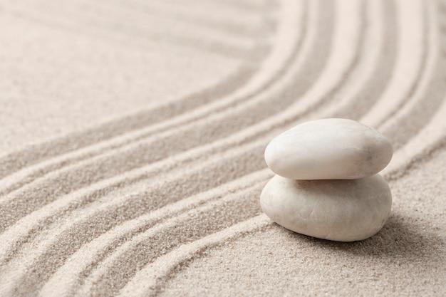 Pietre di marmo zen impilate sabbia sfondo in mindfulness concept