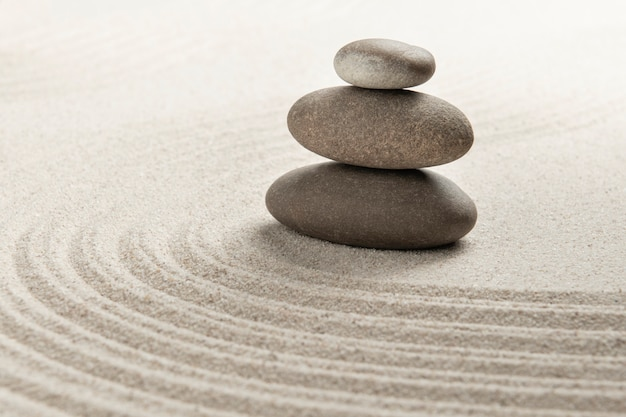 Сложенные дзен камни песок фон искусство баланса концепции