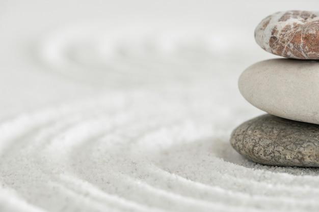 균형 개념의 누적된 선 돌 모래 배경 예술