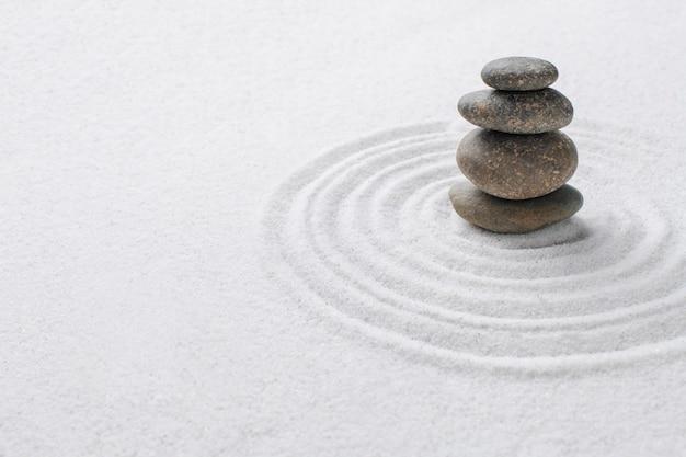 누적된 선 돌 모래 배경 균형 개념의 예술