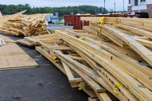 Укладчик деревянных досок и балок для нового или строящегося дома