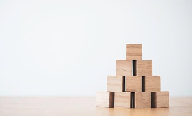 입력 된 문구 및 infographic 아이콘에 대 한 복사 공간 테이블에 빈 나무 큐브를 쌓아.