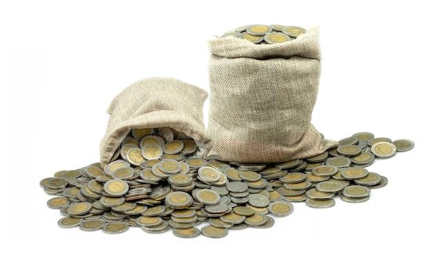 흰색 배경에 자루에 동전 태국 바트를 스태킹