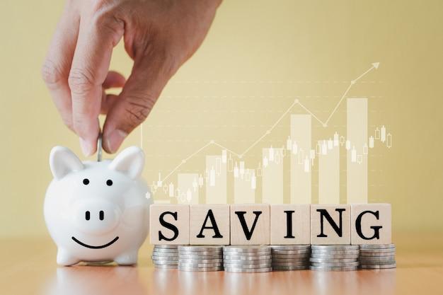 스택 동전 더미와 손을 흰색 돼지 저금통과 성장, 미래 계획 개념에 대 한 돈을 절약하는 계획 단계에 대 한 텍스트 단어 저장 나무 상자에 동전을 넣어.