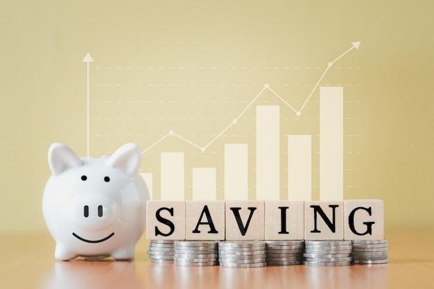 스택 동전 더미와 흰색 돼지 저금통 및 텍스트 단어로 나무 상자 성장, 퇴직 기금 및 미래 계획 개념에 대한 돈을 절약하는 단계까지 성장을 계획합니다.