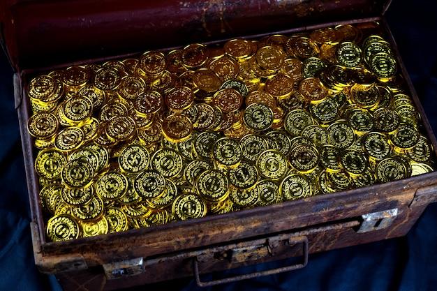 검은 배경에 오래 된 보물 상자에 금화 쌓기