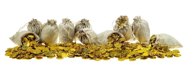 Укладка золотой монеты в мешок с сокровищами на белом фоне