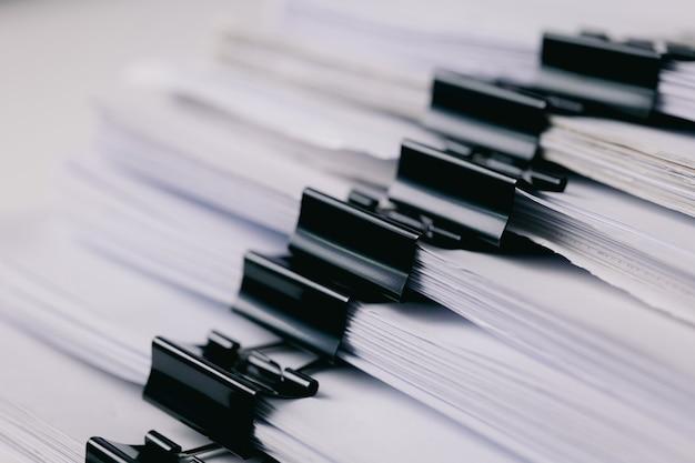 사무실 작업을 위한 종이 클립으로 문서 쌓기