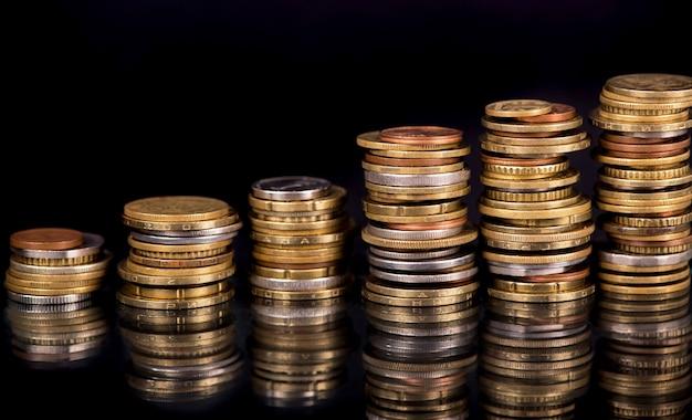 黒の異なる国のコインのスタック
