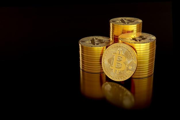 검정색 배경에 고립 된 bitcoin의 스택입니다.