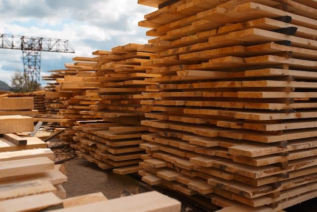 屋外の製材所倉庫、誰も、製材業、大工仕事のボードのスタック。工場での木材加工、製材所での森林鋸引き、製材所