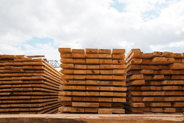 屋外の製材所倉庫、誰も、製材業、大工仕事のボードのスタック。工場での木材加工、土場での森林伐採、製材所