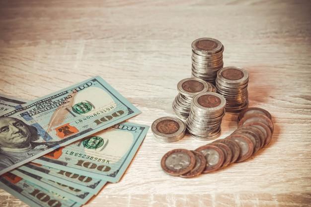 다른 나라에서 온 지폐의 배경에 대한 동전 더미 비즈니스 절약
