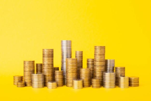 노란색 표면에 동전 더미
