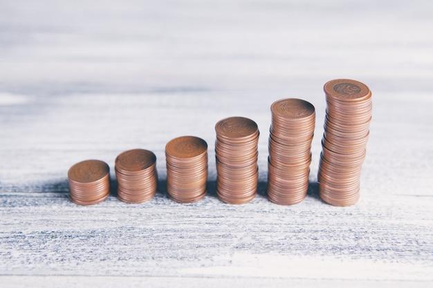 木製のテーブルの上のコインのスタック