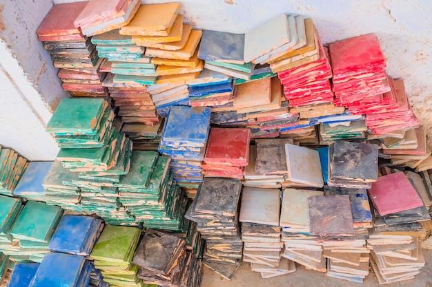 Стеки красочных глазурованных квадратных плиток для использования zelige плитки. медина феса, марокко.