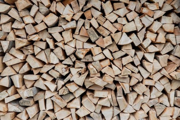 冬の背景のための薪のスタック