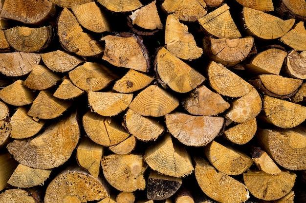 薪のスタック。冬の薪の準備。薪の山。薪の背景。