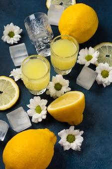 파란색 배경에 레몬과 꽃을 넣은 신선한 리몬첼로 스택