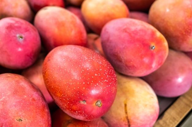 台湾の伝統的な市場で鮮やかな赤い色のマンゴーフルーツのスタック