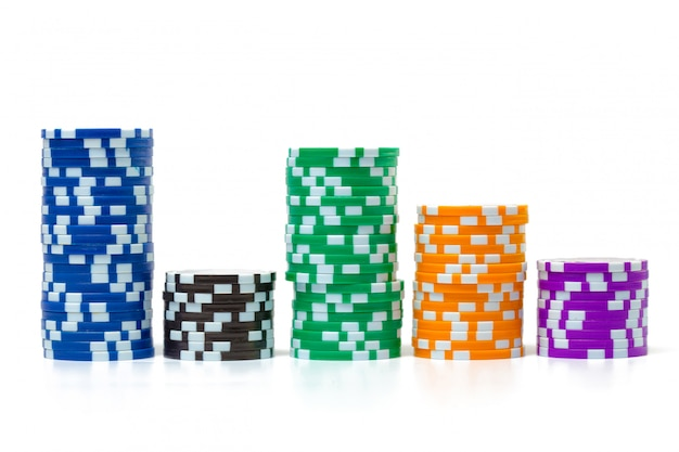 Стеки фишек для покера на белом фоне