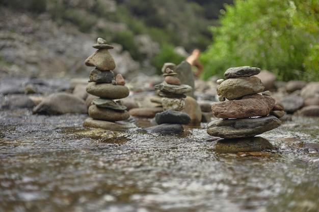 流れの真ん中にある岩や小石の山