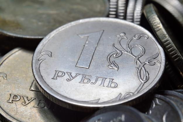 Стопки монет российских рублей сняты крупным планом. макрос.