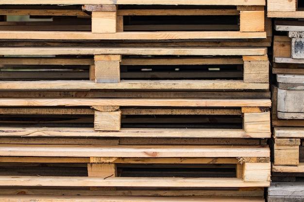 Стеки деревянных поддонов для промышленных перевозок грузовыми автомобилями.