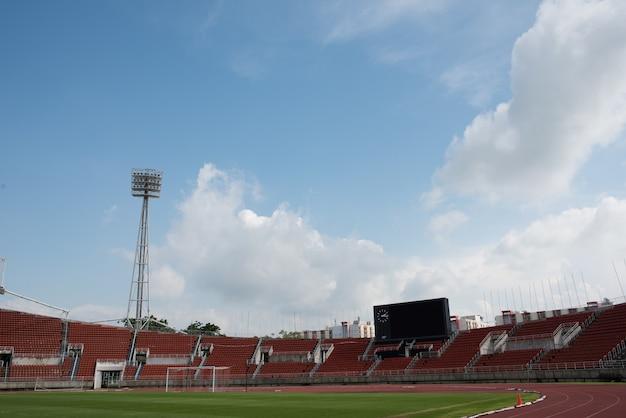 낮에 푸른 잔디 피치와 경기장 배경
