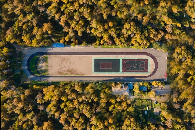 숲 속의 경기장. 드론에서 촬영, 평면도
