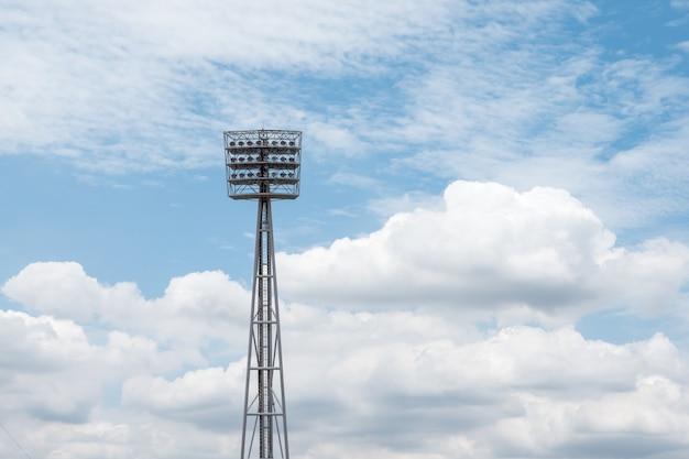 青い空を背景にスタジアムライト