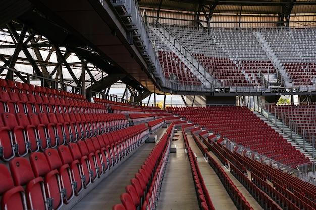 コロナウイルスの試合中に観客のいないスタジアム