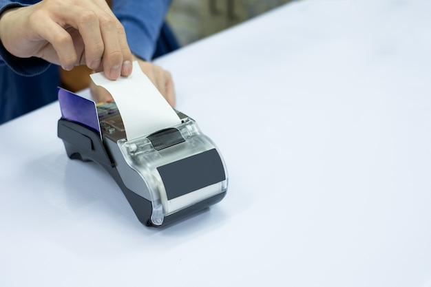 지불 터미널에 카드가있는 직원 출납원 청구서 용지