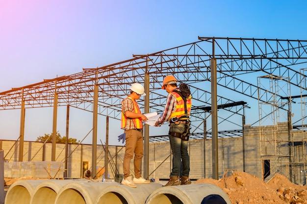 안전 기준에 따라 제복을 입은 직원 현재 건설 현장에서 작업을 검토 중입니다.