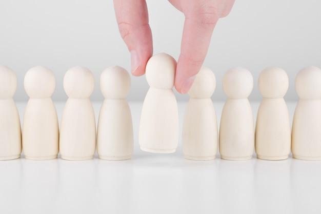 スタッフ募集。多くの従業員と群衆の中からのリーダーの選択。人事、ヘッドハンティング、ceoのコンセプト