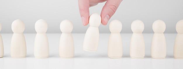 スタッフ募集。多くの従業員と群衆の中からのリーダーの選択
