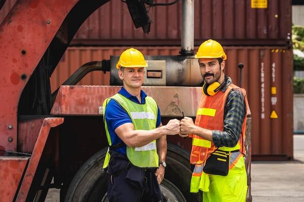 Штатный работник стоит и проверяет коробку контейнеров с грузового судна для экспорта и импорта