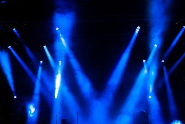 컬러 스포트라이트와 연기가있는 무대 조명.