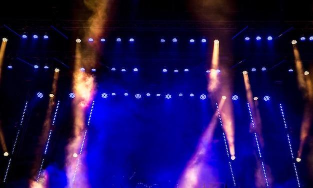 Сценический свет с цветными прожекторами и дымом.