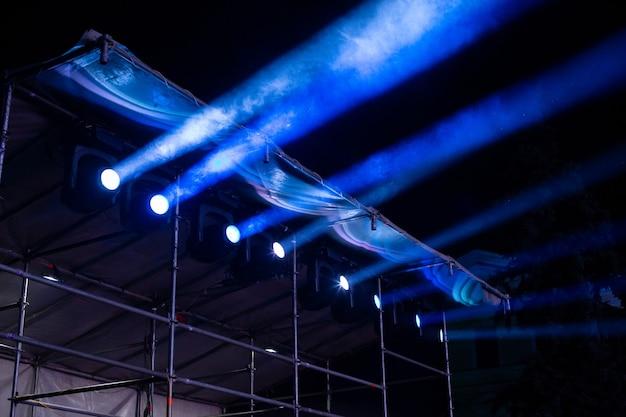 Сценическое световое оборудование в рабочем состоянии на концерте