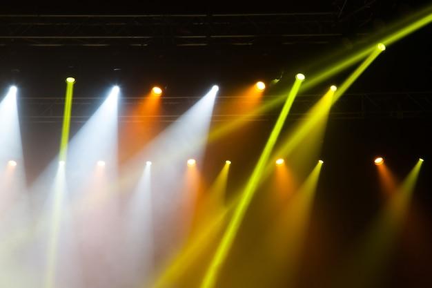 Сценические огни на концерте. осветительное оборудование с разноцветными лучами.