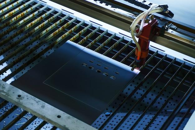 Этап изготовления печатных плат - лазерная резка в автоматическом режиме, эмиттер размывается в движении.