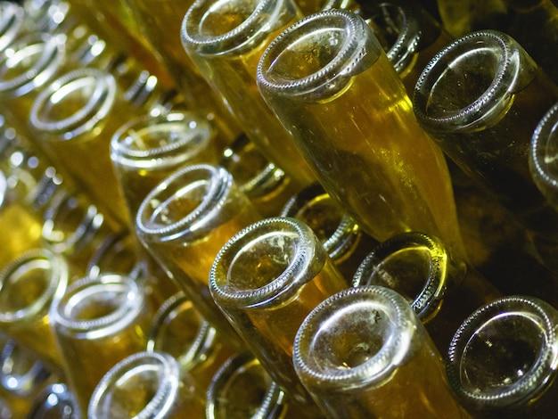 シャンパンの生産の段階。レムアージュは、沈殿物からワインを取り除く段階です。ハウルのボトルのクローズアップ。