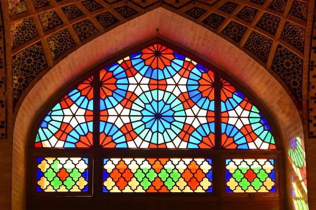 쉬라즈의 nasir-ol-molk 모스크의 스테인드 글라스 창