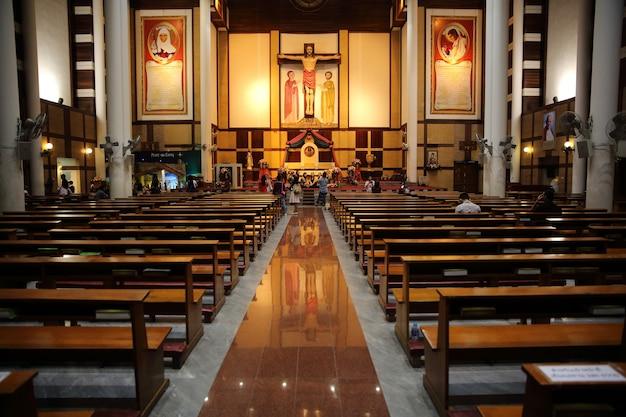 Витражи в маленькой церкви с деревянными скамьями