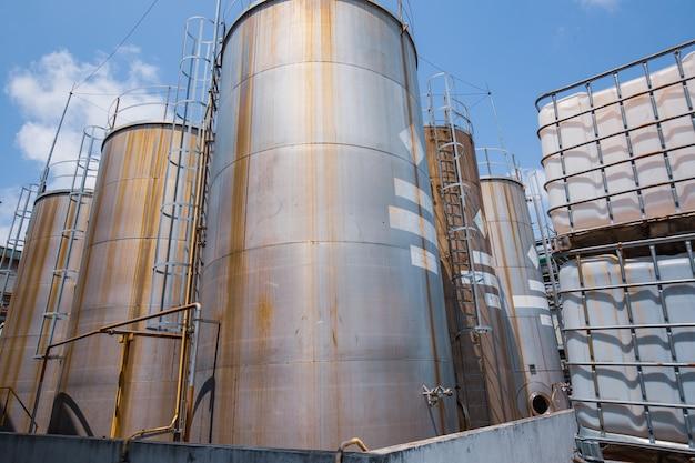 樹脂工場用のステンレス製化学薬品タンク。