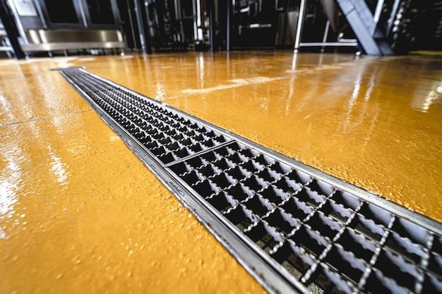 현대 맥주 공장의 스테인리스 스틸 바닥 배수구