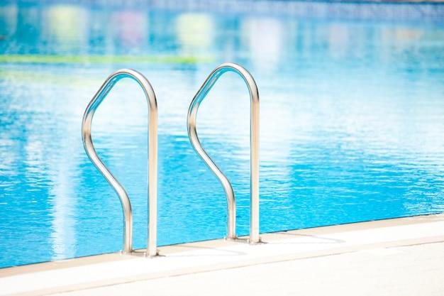 야외 수영장의 스테인레스 스틸 난간
