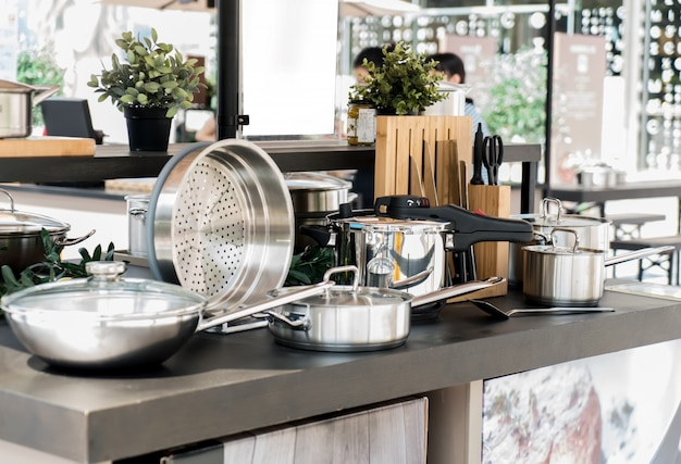 Посуда из нержавеющей стали на столе